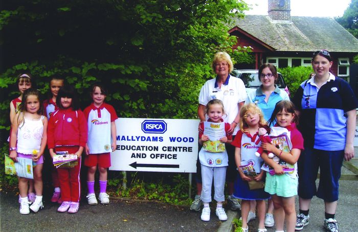 Rainbow leader Rosemary Noble, with helpers and girls at Mallydams Wood [back row, l-r: Rosemary, Sarah (young leader) and Louise (assistant leader).